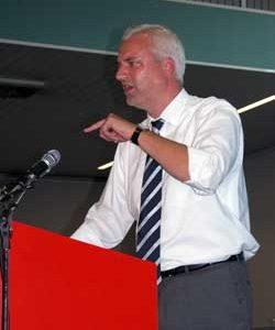 Bezirksvorsitzender Garrelt Duin hielt den Rechenschaftsbericht des Bezirksvorstandes und nahm zur allgemeinen politischen Lage Stellung.