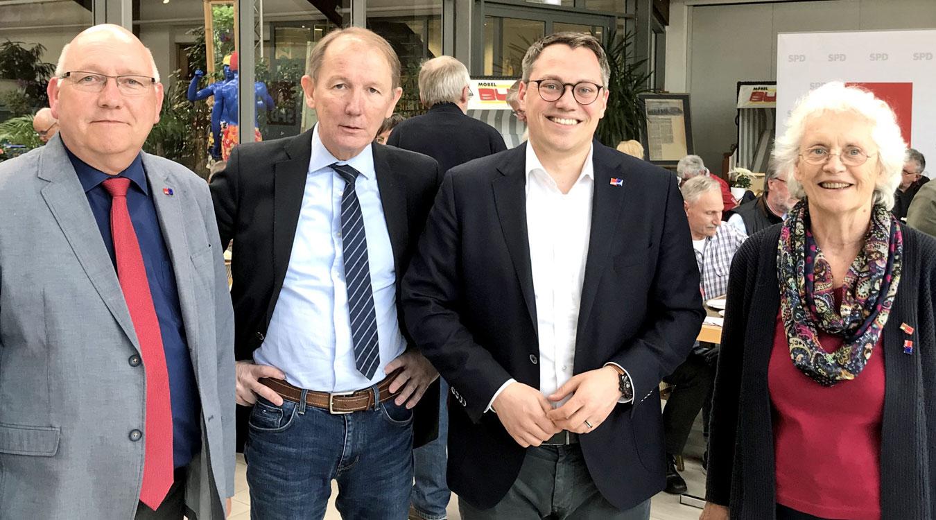 v.l.n.r.: Jens Peter Grohn (stellv. Bürgermeister Wiesmoor), Harm-Uwe Weber (Landrat im Landkreis Aurich), Tiemo Wölken (MdEP) und Regine Romahn (Vorsitzende der AG 60 Plus im Bezirk Weser-Ems)