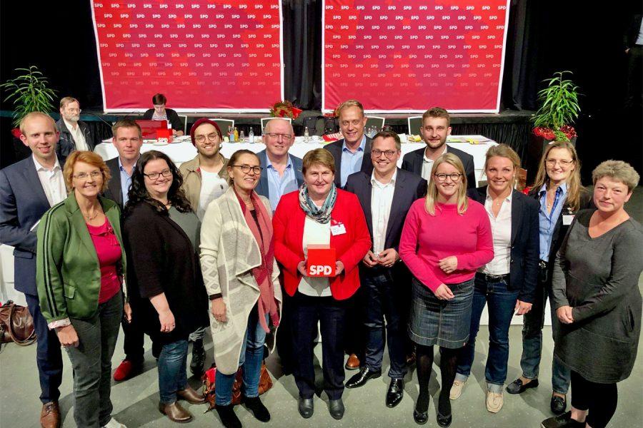 Der neue SPD-Bezirksvorstand mit der Vorsitzenden Hanne Modder (8. v.r.)